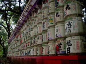 Tumpukan sake yang digelar sebelum gerbang akhir Kuil Meiji