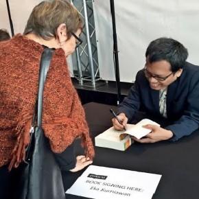 Book signing (sumber: australiaplus.com/Farid M. Ibrahim)